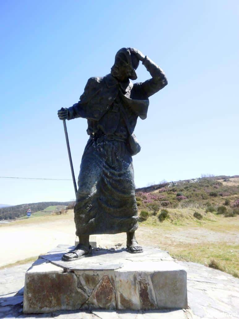 Orígenes e historia del Camino de Santiago - Estatua en honor al peregrino - Alto de San Roque