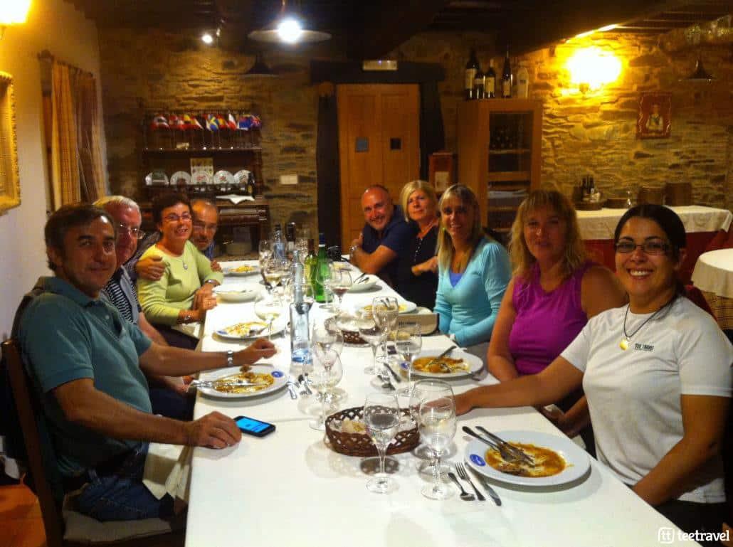 Cena del grupo en el Camino de Santiago
