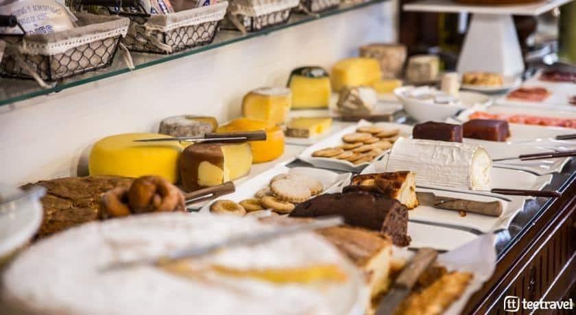 Desayuno buffet en uno de los hoteles del Camino
