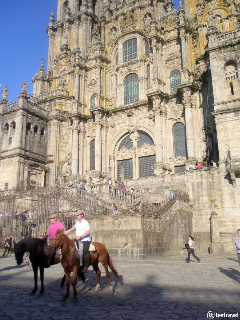Llegada a la Catedral de Santiago en caballo