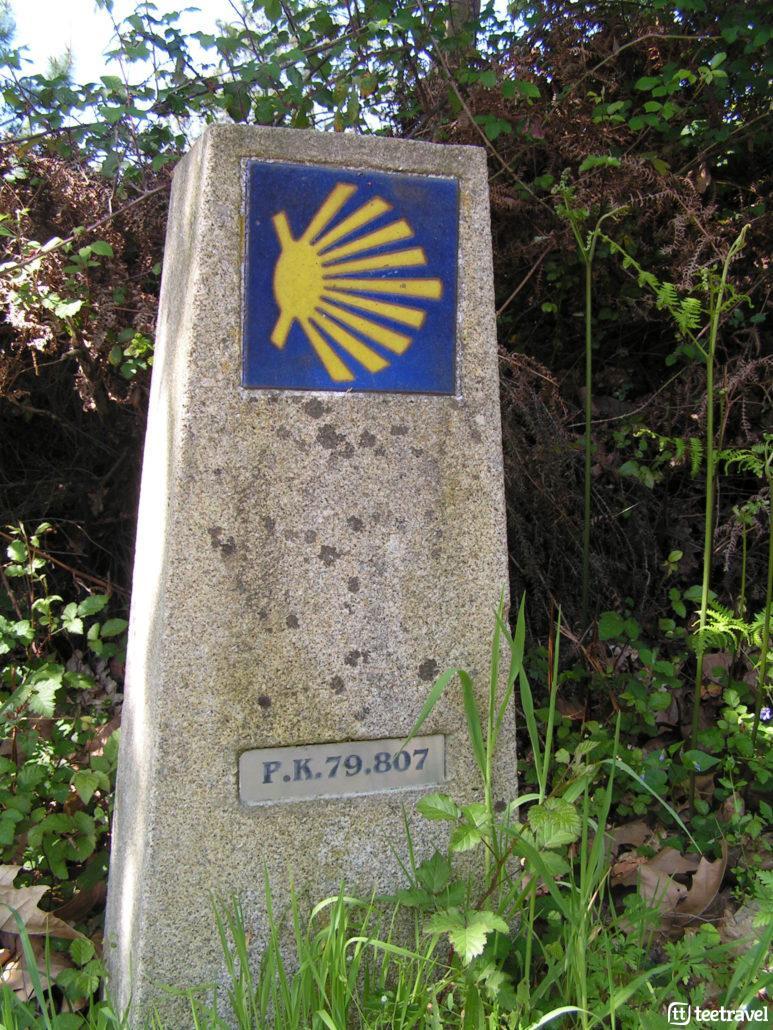 Mojón con la concha del Camino y los km que quedan hasta Santiago de Compostela