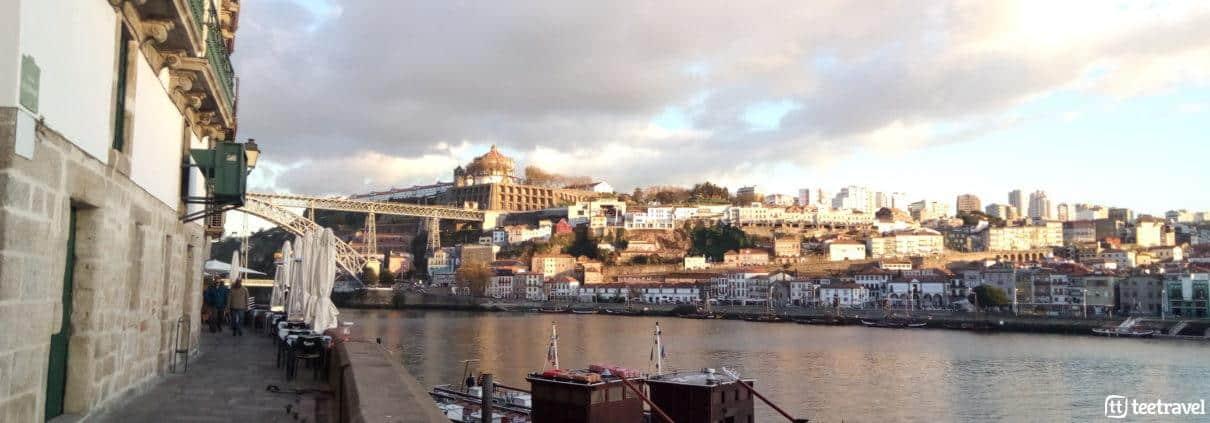 Foto del Rio Douro en la ciudad de Porto con las bodegas en el margen derecho
