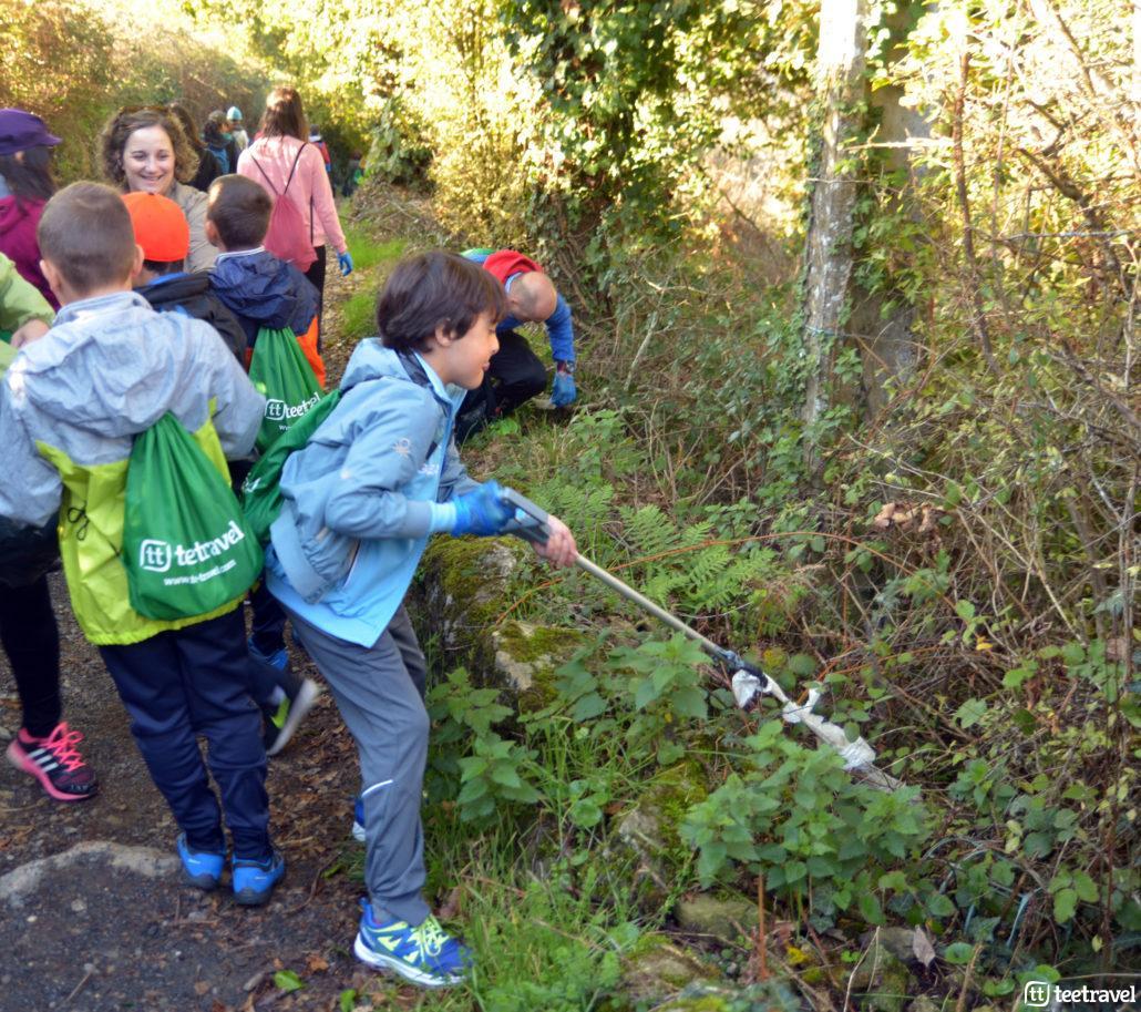Camino Clean niños ayudando en la recogida