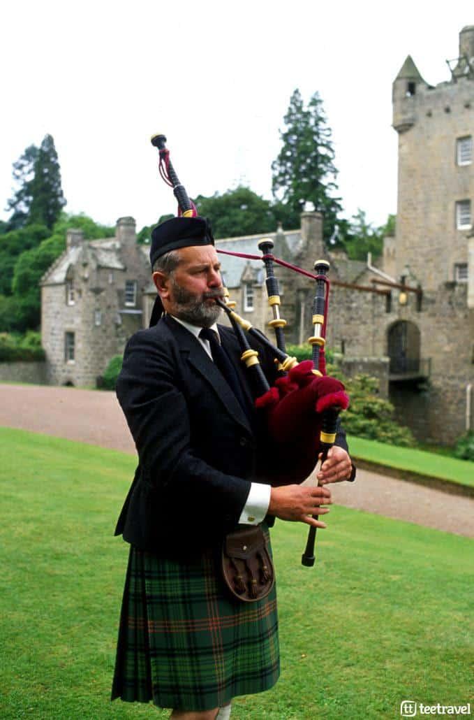 Piper: gaitero Escocés con el atuendo típico de las Highlands en el Castillo de Cawdor, famoso por Mcbeth. copyright © VisitScotland