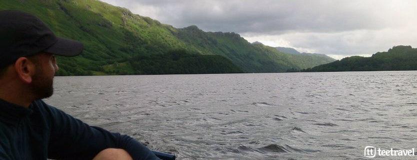 Senderista cruzando el Lago Ness en barca