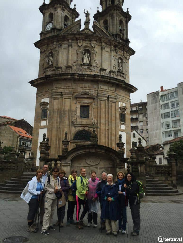 Camino de Portugués en grupo organizado- Grupo delante de la Iglesia de la Peregrina