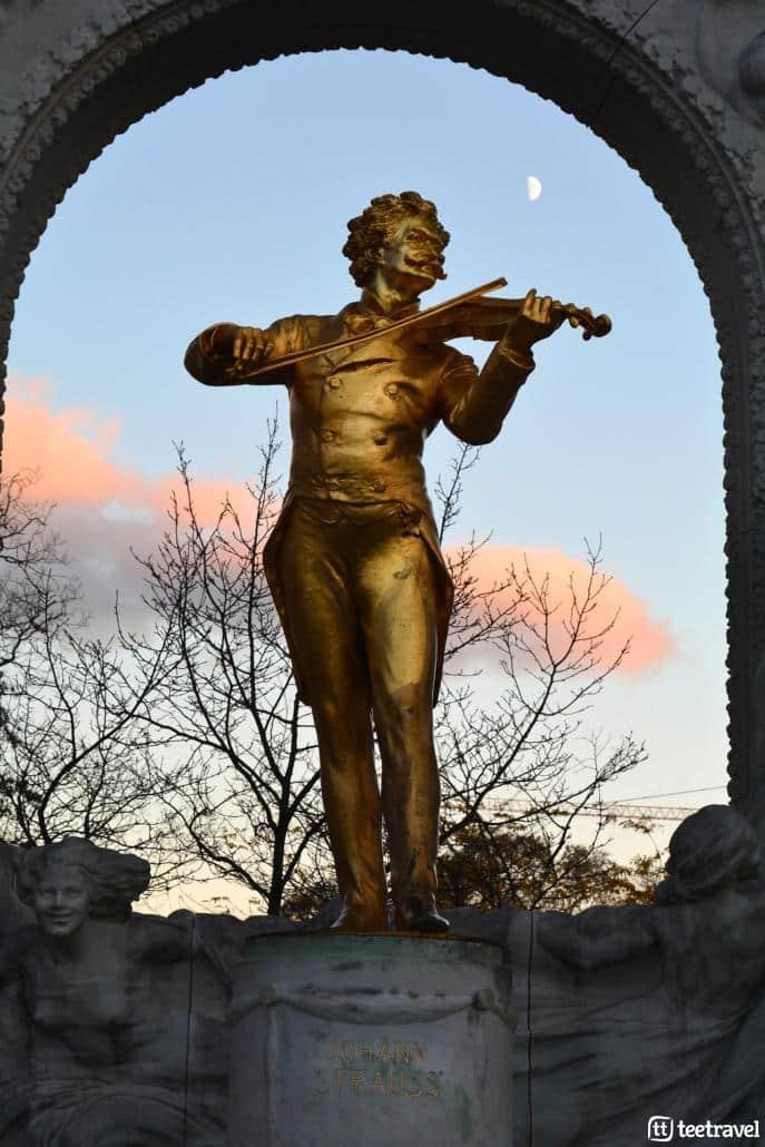 Viena y la música clásica- La estatua de Johann Straus en el jardin Stadpark de Viena