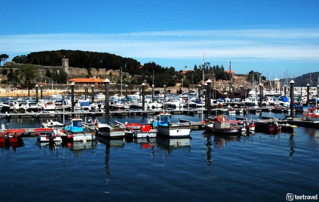 Camino Portugués por la Costa-Puerto de Baiona con el Parador de fondo