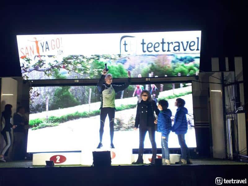 Tee Travel hizo entrega de un premio al corredor llegado desde más lejos