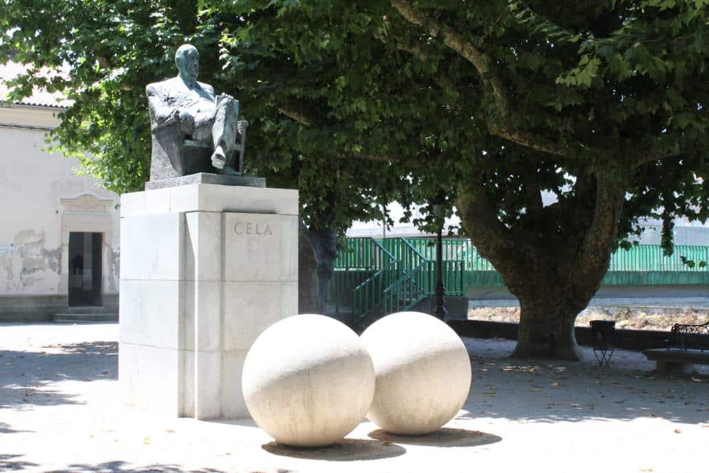 10 cosas que no puedes perderte en el Camino Portugués - Estatua Camilo José Cela, Alameda de Padrón