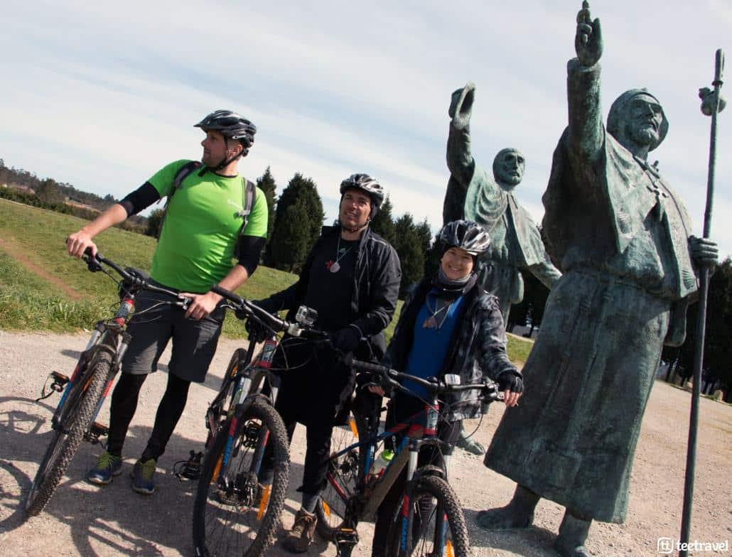 Camino de Santiago en bici desde León: Estatua de los Peregrinos