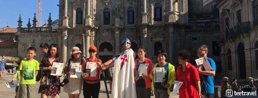 Camino Francés organizado con Tee Travel - grupo con sus ansiadas Compostelas tras llegar a Santiago