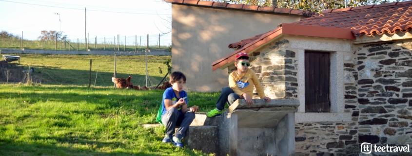 Camino de Santiago con niños - los peques disfrutando de un descanso en el Camino