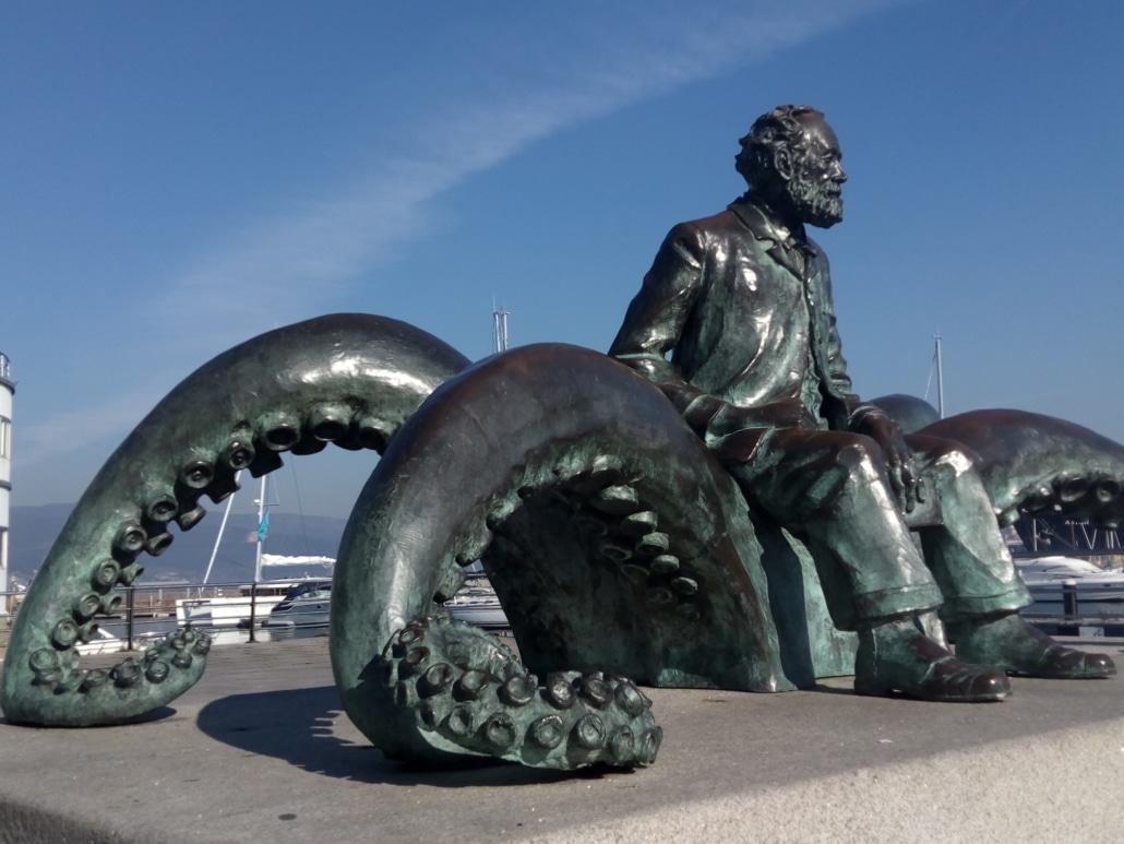 Camino Portugues por la Costa Vigo monumento Julio Verne