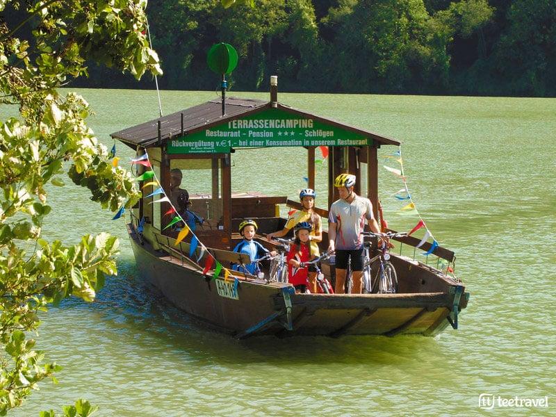 Ruta del Danubio en Bici - Familia cruzando el Danubio en barcaza
