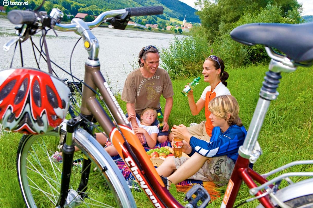Ruta del Danubio en bici - Familia disfrutando de un picnic en la orilla del Danubio