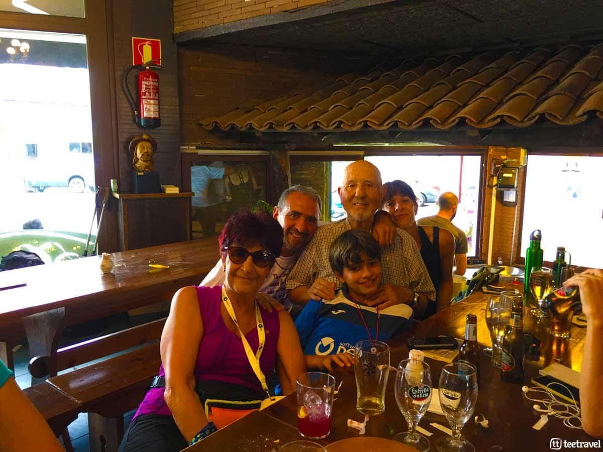 Familia de Tres Generaciones en el Camino de Santiago - Melide