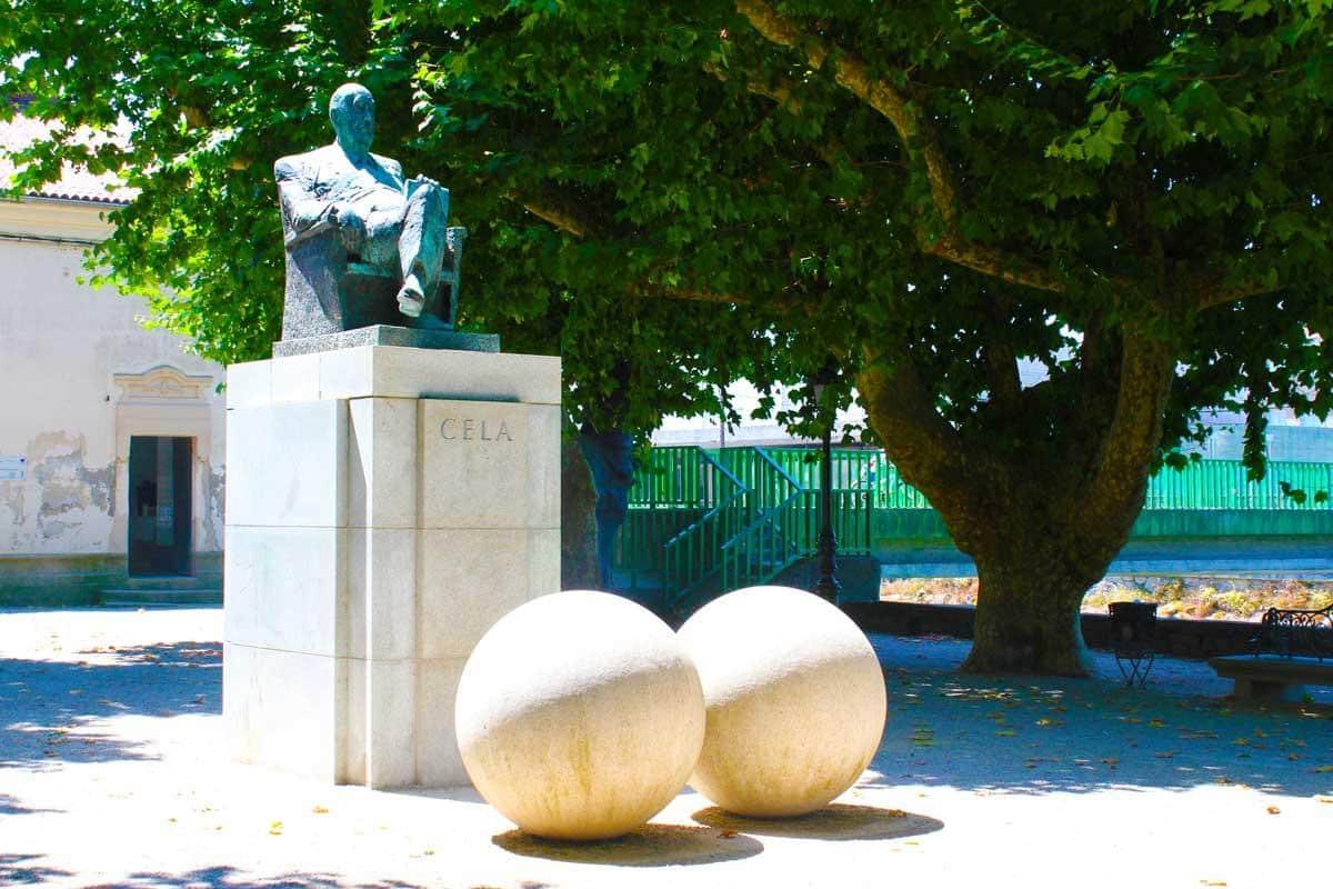Monumento a Camilo José Cela en Padrón - Camino Portugués