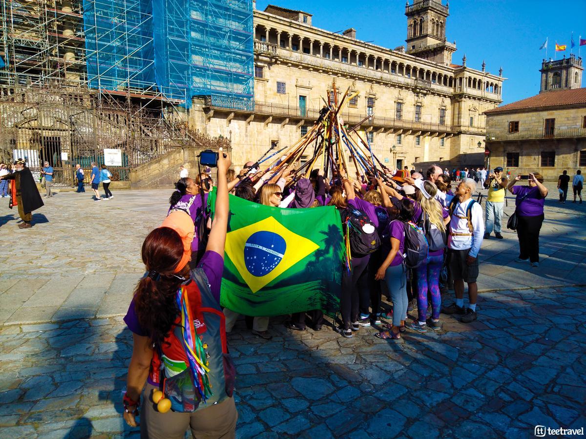 Santiago de Compostela - Plaza del Obradoiro - Peregrinos con Bordones y Bastones de Senderismo