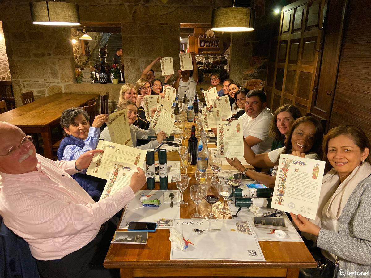 Peregrinos recibiendo su Compostela en la Cena de Despedida del Grupo TT05 - Restaurante O Dezaseis