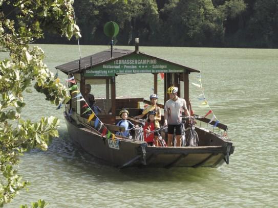 Familia cruzando el Danubio en