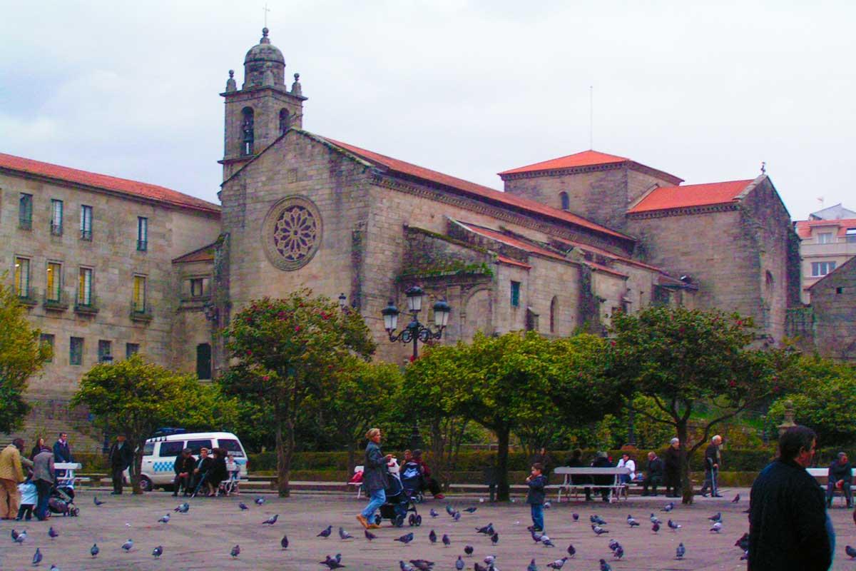 Camino Portugués por la Costa - Pontevedra - Plaza de la Herrería - Monumento San Francisco